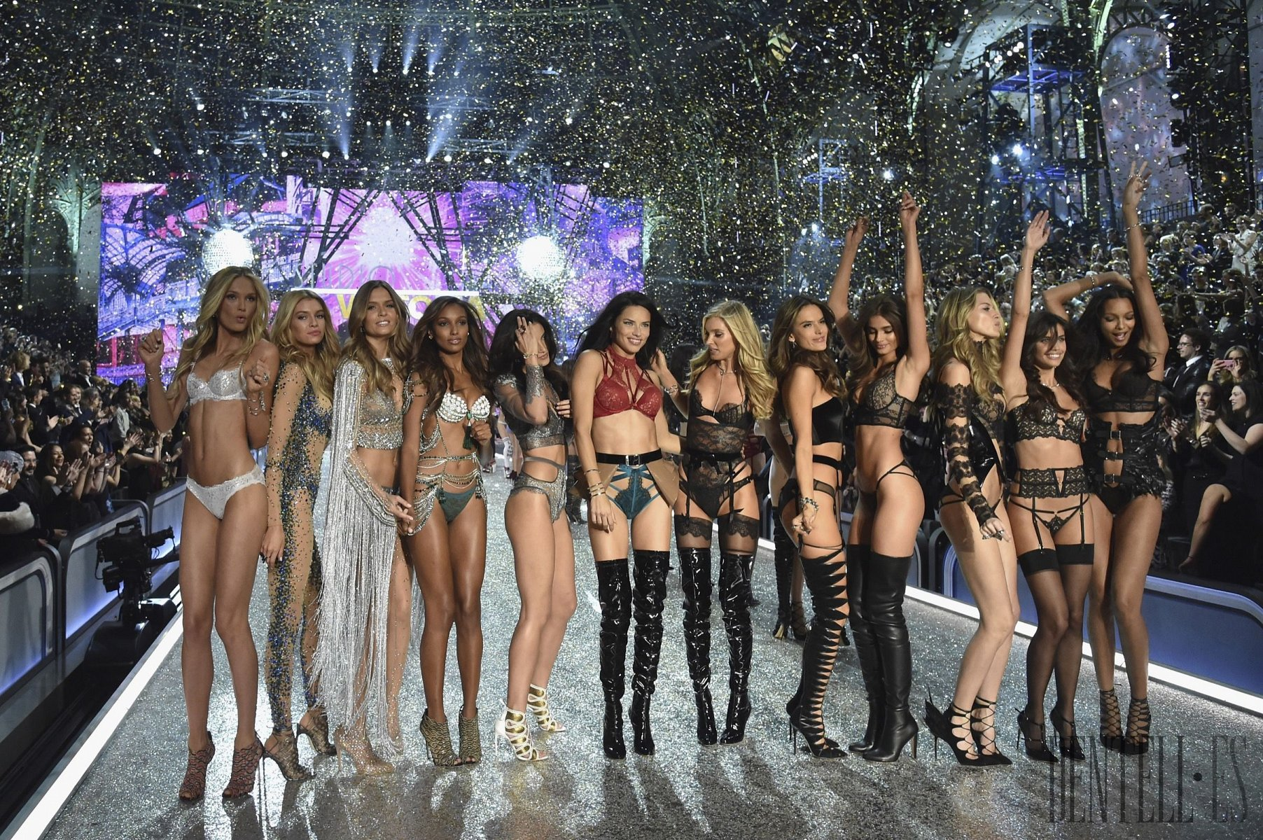 "Victoria's Secret ""Bright Night Angel"", 2016 show - İç çamaşır - 1"